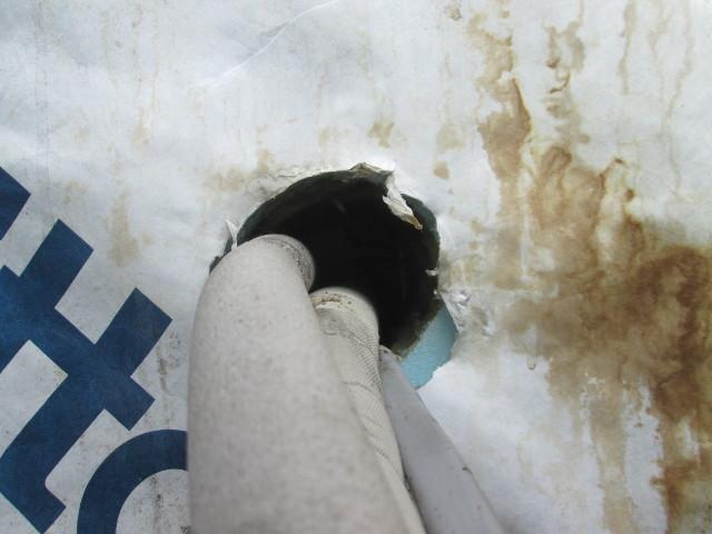 サイディングを外すと、内部の壁には室内気の漏れ対策が施されていないことが判明