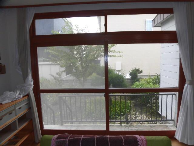 居間の大きな窓