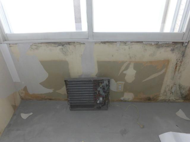窓からの結露で壁の下地材がボロボロとなっていました。