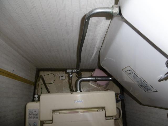 露出された水道管