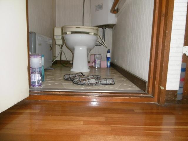 廊下とトイレの段差が5cmも