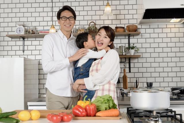 料理をする家族