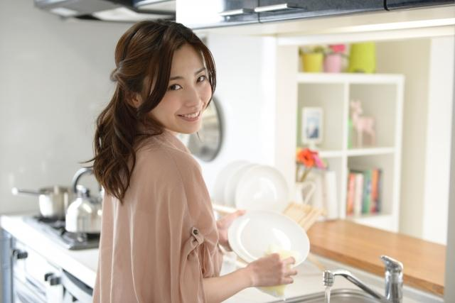 食器を洗う女性