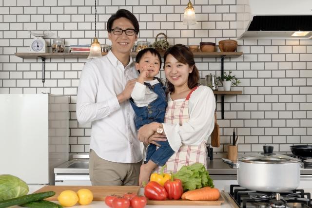 キッチンに立つ家族