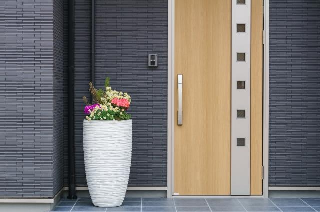 花が飾ってある玄関