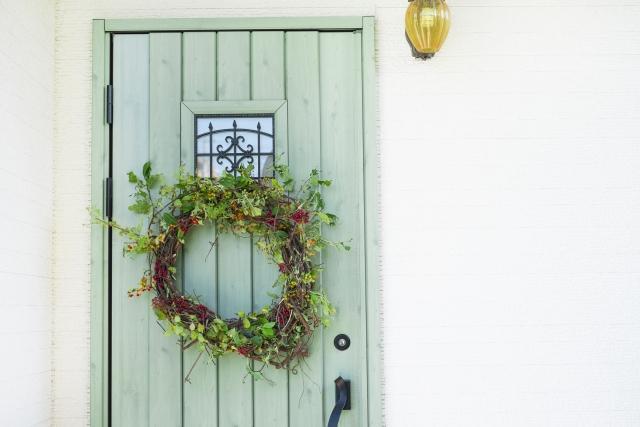 玄関に植物のリースを飾る