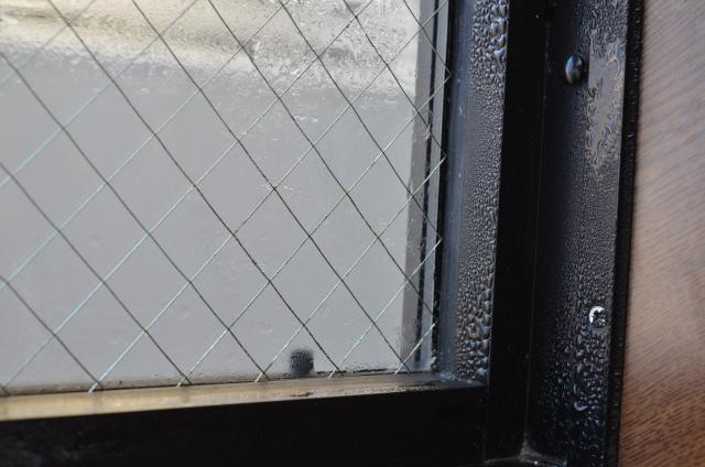 結露で水滴がついた窓