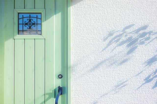 玄関と白い壁