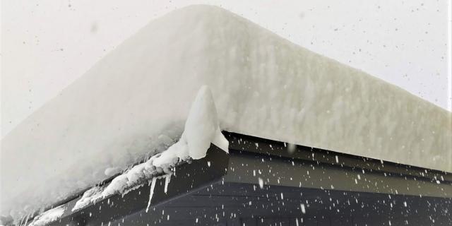 雪が積もったカーポートの屋根