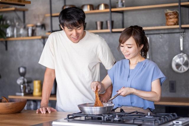 料理をする夫婦